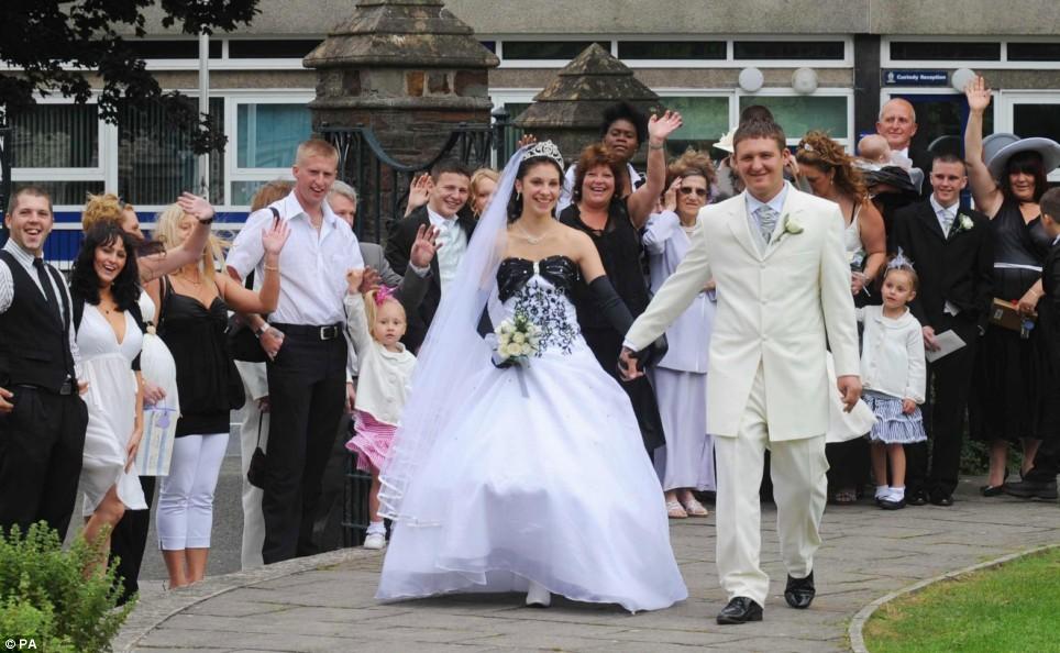 Wedding Dress For 40 Year Old Brides: Wedding Dress For 50 Year Old Brides