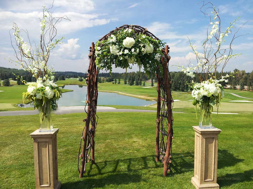 Outdoor wedding altar ideas for Altar wedding decoration