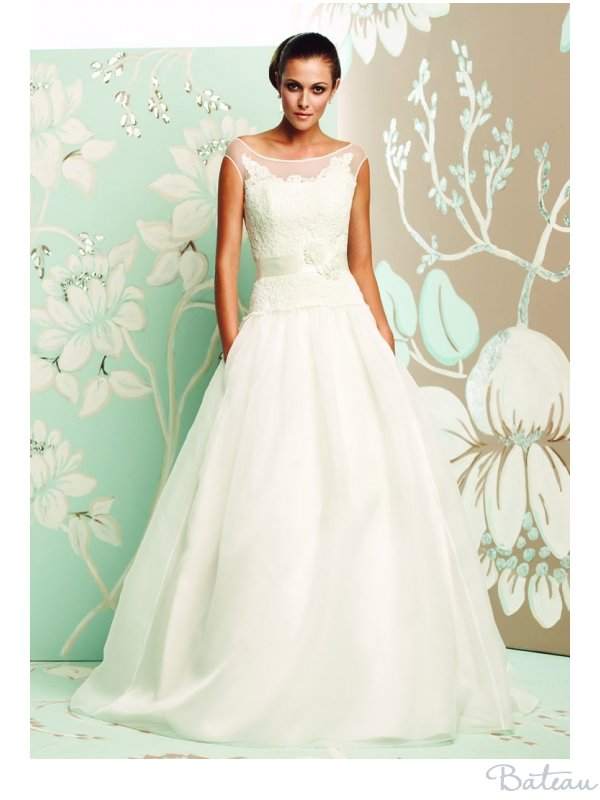 Bateau Neckline Wedding Dresses Photo