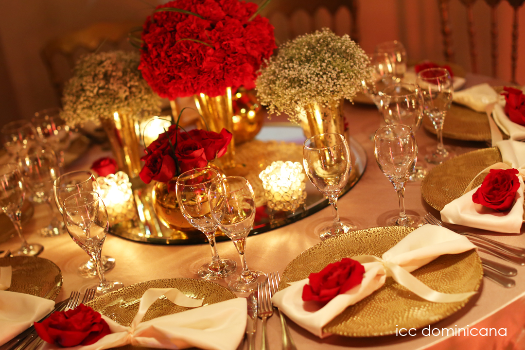 Wedding decorations red and gold and black for Deco de table noel